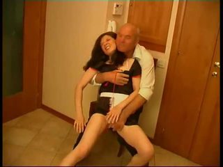 Seductive שחרחורת עוזרת בית gets rammed על ידי ישן fart