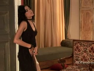 Brünett sexytie anita pearl stripping ja poseerimine tema seksikas keha