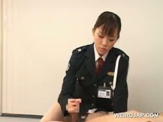 Politie vrouw forcing haar prisoner naar lik haar nat kut