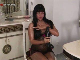 Krūtainas uzbudinātas vāvere working onto a liels porno rotaļlieta