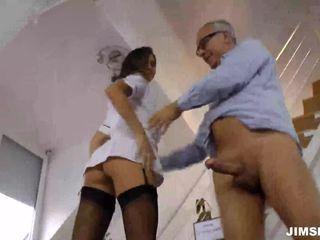 Brunette verpleegster gets geneukt en jizzed