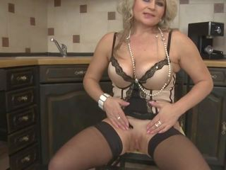 Mature Mom Feeding Her Wet Hungry Pussy, Porn df