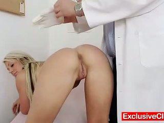 Oud dokter checks jong blondine meisje venus poesje