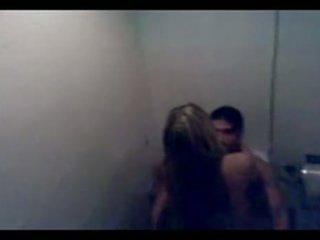 Argentiinalainen pari pyydettyjen helvetin sisään julkinen bathro