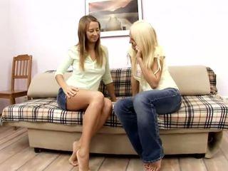Alla a jodi amatérske blondýna a červenovlasé lezbické holky bozkávanie na the gauč