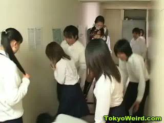 일본의 schoolgirls stripped 과 모색 비디오