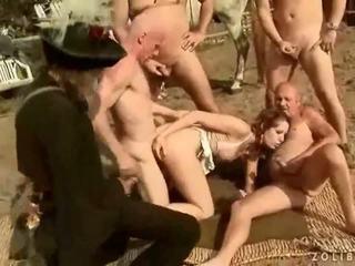 Two grandpas keppimine ja kusemine edasi kuum rinnakas tüdruk