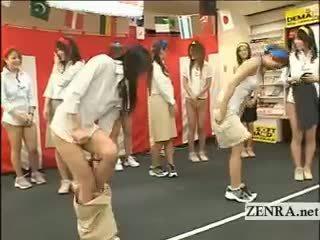 Japonija employees žaisti a žaidimas su kiaušai ir prisegamos kojinės