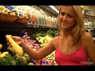Ashley iekšā the grocery veikals flashing un nepieredzējošas fruit