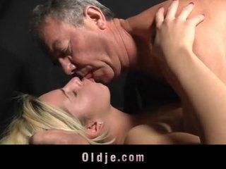Boos blondine tiener fucks oldman naar calm neer