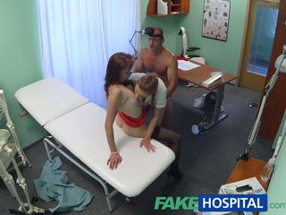 Fakehospital heet verpleegster joins dokter en sexy patiënt voor trio