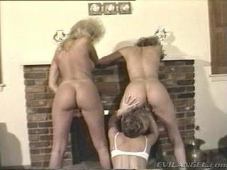 Lesbos bucura-te cu degetul și toying holes în thowdys trei unele