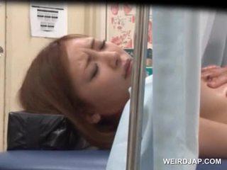 Aziatisch sweetie gets haar vastgrijpen licked door lusty dokter
