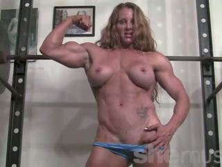 Ripped female bodybuilder ironfire works dehors et poses