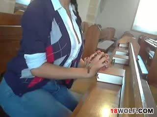 นมโต วัยรุ่น flashing เธอ ร่างกาย ที่ โบสถ์