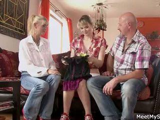 Caliente mamá y papá ( parents) hacer su hija desnuda y tener sexo
