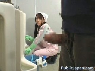 Men jāšanās karstās meitenes uz the mens vannas istaba