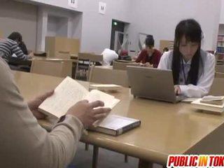 Seksikäs japanilainen opiskelija perseestä sisään the luokkahuone