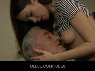 Viejo hombre blows joven culo y pequeña coño