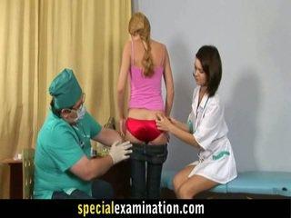 Gynecologist and perawat examine manis pirang teenager honey