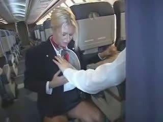 Stewardess merken zijn lul voelen goed