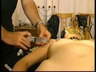 Masked 业余 slavegirl 在 saline injections