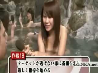 Schüchtern nackt japanisch schulmädchen draußen baden vorstellungsgespräch
