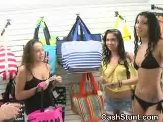 Amatieri brunete flashes bumbulīši uz retail apģērbi veikals