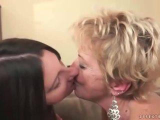 Grannyen och tonårs i het lesbisk handling