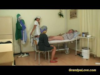 Gjyshi vogëlushe qirje the infermiere