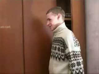 Ρωσικό αγόρι spying ώριμος/η μαμά