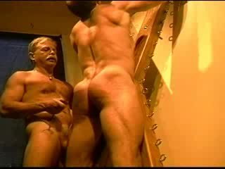 Huge bodybuilder's muscle puwit gets an puwit whuppin' as lamang i can magbigay ito. clip 3