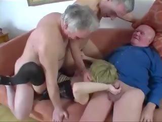 Jaunas mergaitė pakliuvom iki a grupė apie senas men, porno 61