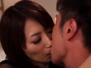 Saki kouzai o sensuous milf takes vantagem de um younger garanhão