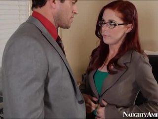 Scarlet kepala penny pax bump di kantor onto sesat america