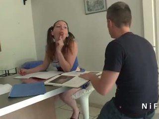 Bela amadora francesa estudante em aluna uniforme difícil anal plugged