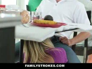 家庭 strokes- step-mom teases 和 fucks step-son