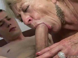 Grannyen och pojke enjoying hård kön