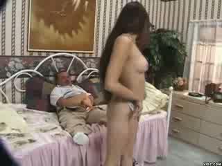 Sexy bitch's poesje licked door dwerg guy