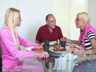 Cô gái tóc vàng bé gets âm hộ eaten qua boyfriend