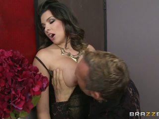 Ramera likes tasting un delicious pecker y bailando en un caliente noche clud