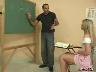 Възбуден учител стъд марки студент шоу путка