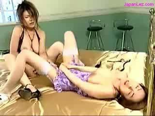 Rondborstig meisje neuken ander meisje met vibrator terwijl vingeren haarzelf op de bed