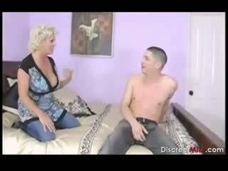 Krūtainas māte fucks sons draugs