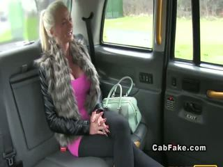 Prsnaté dokončovanie blondýna bangs v taxi anál realita