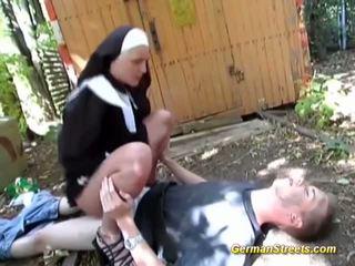 못된 수녀 fucks 에 거리