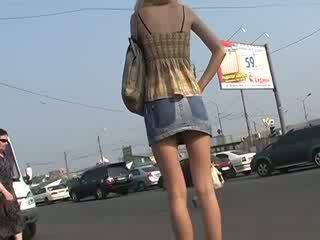 Lepo znanec s amaterke up skirts