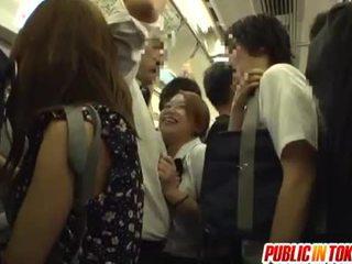 Школярка gives a мастурбація на the автобус