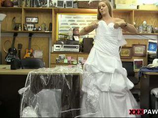 Hottie pawns dela casamento gown e nailed