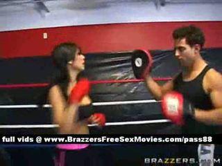 Amateur brunette chick trains in de boksen ring